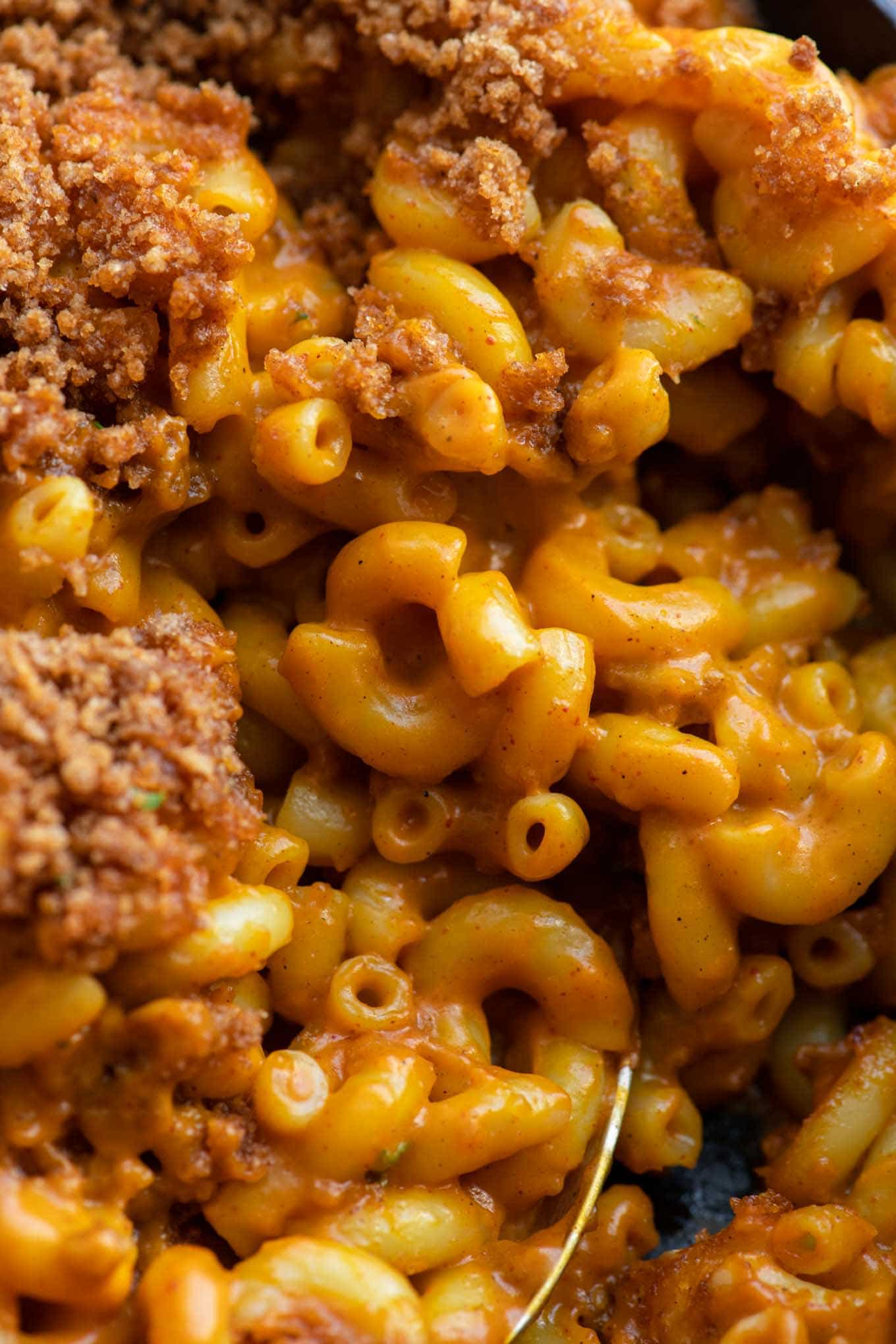 close up of the mac and cheese with some of the injera crumb topping showing
